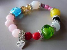 Der etwas andere Heiratsantrag ! Edles Armband aus einem Mix von Glas- und Kristallperlen, Strassrondellen und einem Marry me . - Anhänger aus 925 Silber. Gibt's bei: www.hintzundtoechter.de