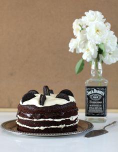 Naked Cake é uma graça né? Além disso, é super fácil de fazer e enfeita qualquer mesa. Aprenda a fazer esse na versão de oreo!