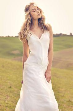 Rembo styling — Vintage — Aroma: Schlichtes Kleid aus Seidenchiffon mit romantischen Dekorationen. V Ausschnitt vorne und hinten.