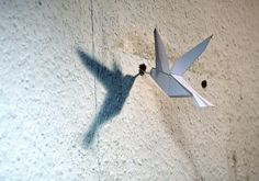 Quando spostiamo quadri o scaffalature dai muri di casa ereditiamo i buchi dove una volta si reggevano e bisogna stuccare. Christoph Schmidt ha pensato un sistema alternativo - holes in the wall? no problem