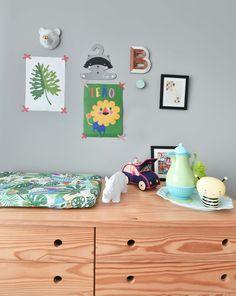 Projeto novo da arquiteta Gabi Marques para seu baby Bernardo cheio de @amomooui na cama e na parede! Ela escolheu usar as estampas AVENTURA e ANIMAIS para serem destaques do quarto. Régua de altura, lençol, adesivos e muito mais deu o ar lúdico que todo quarto de criança precisa. O mix de almofadas e fronhas transformam o cantinho da cama em um aconchego colorido para o Ber. Confira tudo no site! #quartodemenino #quartocolorido #kidsroom #quartotematico