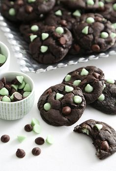 Here's a different way to satisfy those chocolate cravings. Mint and dark chocolate are a match made in dessert heaven, and these cookies prove it. Sprinkle Cookies, Chip Cookie Recipe, Cookie Recipes, Brownie Recipes, Chips Au Four, Mint Chocolate Chip Cookies, Chocolate Mints, Baked Chips, Baking Recipes