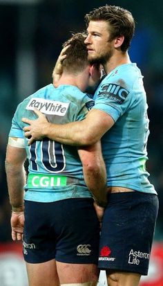 Hug me whilst I cop a feel of your sac, mate! Hot Rugby Players, Ugly Men, Soccer Guys, Rugby League, Cute Gay Couples, Men In Uniform, Big Men, Sport Man, Attractive Men
