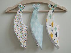 http://www.papaetmaman.fr/boutiques/les-petits-pieds-qui-poussent/trio-de-bavoirs-bandanas-printemps-coton-pastel-bleu-turquoise-et-moutarde-oekotex.html  bavoir tissu créateur #faitmainpourenfantcestpapaetmaman