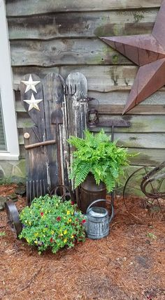 Amazing clever ways to decor your garden with pallets easy and simple 00013 Rusty Garden, Garden Junk, Lawn And Garden, Farmhouse Landscaping, Outdoor Landscaping, Outdoor Gardens, Outdoor Decor, Rustic Garden Decor, Vintage Garden Decor