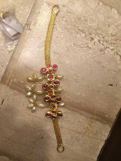 J Jewelry Design Earrings, Gold Earrings Designs, Gold Jewellery Design, Jewelry Model, Tika Jewelry, Indian Jewelry, Gold Jewelry Simple, Bridal Jewelry, Jewelery