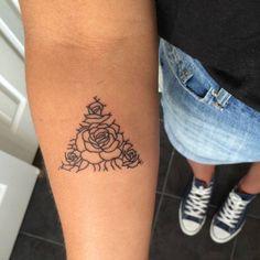 Precioso triángulo de #rosas situado en el antebrazo derecho de...