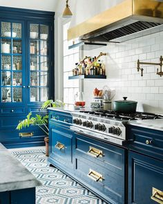 farmhouse kitchen colors When updating a kitchen style with something new and distinctive, there are several popular kitchen cabinet ideas to contemplate. Home Decor Kitchen, Kitchen Interior, Home Kitchens, Diy Kitchen, Shaker Kitchen, Decorating Kitchen, Country Kitchen, Vintage Kitchen, Farmhouse Kitchen Cabinets