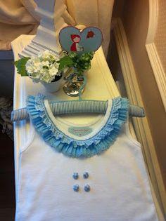 Camiseta de sisas blanca con doble volante en azul y cuatro botones forrados.