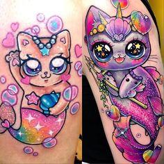 Siempre he amado dibujar y tatuar gatitos sirena🐳💖🦄. Tengo unos cuantos en mi portafolio de trabajo y hoy me encontré este bebé con cola de arcoiris que hice el 4 de enero del 2016😱, hace casi 2 años, apenas estaba empezando, pero desde ese entonces ponía todo mi empeño en cada tatuaje que hacía tratando de hacer algo nuevo y avanzar un poquito en mi técnica. A veces trabajo más de 15 horas al día y me obsesiono tanto con mi trabajo que me frustro y siento que no logro el nivel que me…
