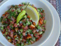 Esta salada é encontrada em todos os lugares e acompanha quase todos os pratos servidos em Israel. Desde o café da manhã, almoço e jantar. Realmente é a favorita dos israelenses. Ingredientes: 2 to…