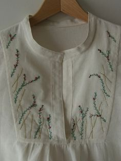 Lovely example of the Tova blouse pattern with custom embroidery Hand Embroidery Dress, Embroidery On Kurtis, Kurti Embroidery Design, Embroidery Suits, Embroidered Clothes, Hand Embroidery Patterns, Custom Embroidery, Beaded Embroidery, Embroidery Stitches