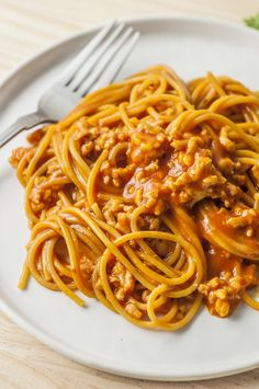 Slow Cooker Cheesy Spaghetti with Homemade Sausage -- Clean eating spaghetti that's easy to make and amazingly delish! Healthy Low Calorie Dinner, Low Calorie Dinners, Low Calorie Recipes, Healthy Recipes, Skinny Recipes, Diabetic Recipes, Healthy Tips, Healthy Meals, Easy Meals