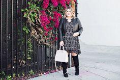 Dica de look plus size para sair no inverno: o vestido rendado ganhou um toque rocker com a jaqueta de couro e as botas de cano alto!
