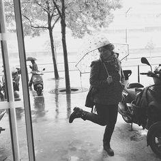 Isabelle Clerc la Mme PS I Love You joue les Gene Kelly de Singing in the rain pour la rentrée de Ciné, Séries & Cie #films #movie #movies #cinematography #tournage #cinema #tournages #singingintherain #instagram #instadaily (crédit @fctier)