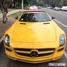 VIDEO. CarSpotting: Beautiful Mercedes Benz SLS AMG GT Roadster in yellow/black.