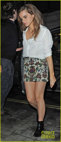 Emma Watson showcases her toned legs in patterned mini skirt and white blouse as she enjoys a night out in the Chiltern Firehouse - Site Title Emma Watson Beautiful, Emma Watson Sexiest, Hermione Granger, Harry Potter Film, Minimal Chic, Emma Watson Estilo, The Chiltern Firehouse, Bad Fashion, Night Out