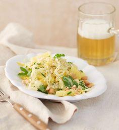 Frisch, fruchtig, knackig und fix zubereitet: Salat mit Chinakohl, Apfel, Nüssen und einem cremigen saure Sahne-Dressing.
