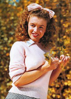 Norma Jean ~ Marilyn Monroe 1945 by Andre de Dienes Marylin Monroe, Young Marilyn Monroe, Marilyn Monroe Photos, Pull Rose Pale, Divas, Pin Up, Norma Jeane, Joe Dimaggio, Up Girl