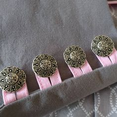 Die Knopfleiste zu meinem Rock sieht so aus. Ich habe das Schnittm… The button bar to my Rock looks like this. Sewing Tutorials, Sewing Projects, Sewing Ideas, Handmade Skirts, New Outfits, Boho Fashion, Crafty, Detail, Knitting