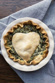 A savory vegetarian pie with a delicious Ricotta and Parmesan filling. The perfect appetizer for the holidays, whether Thanksgiving or Christmas. A showstopper salty pie! Vegetarian Pie, Easy Vegetarian Dinner, Meatless Recipes, Thanksgiving Recipes, Fall Recipes, Spinach Ricotta Pie, Diy Halloween Food, Pie Pie, Savoury Dishes