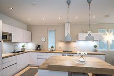 Ihastuttava, lähes uutta vastaava tyylikäs vaaleasävyinen koti Rajamäellä odottaa uusia asukkaita. Alakerrassa tilava keittiö/ruokailutila ja toimiva kodinhoitohuone, sekä saunaosasto kahdella suihkul Koti, Kitchen, Table, Furniture, Home Decor, Cooking, Decoration Home, Room Decor, Kitchens