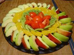 Kotikokki.netin nimimerkki Anne saa lapsensa syömään hedelmiä tällä tavalla leikkaamalla, kaunis salaatti toimisi myös lastenjuhlilla välipalana!