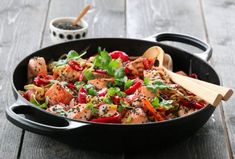 MIDDAG | TRINES MATBLOGG New Menu, Kung Pao Chicken, Paella, Food And Drink, Fish, Ethnic Recipes, Cilantro, Spinach, Noodle Salads