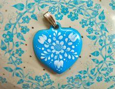 Kleiner Vintage Herz Anhänger, original aus den 60er Jahren.  Emailliert und handbemalt. Sehr gut erhalten und sehr farbenfrisch für das Alter.  * Jed