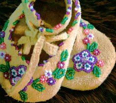 baby moccasins Indian Beadwork, Native Beadwork, Native American Beadwork, Beaded Moccasins, Baby Moccasins, Native American Crafts, Native American Fashion, American Indians, Navajo