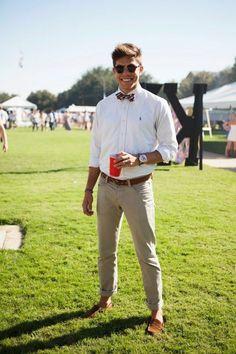 Noeud papillon couleur vive + chemise blanche + pantalon beige