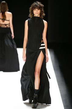 See the complete Vera Wang Fall 2016 Ready-to-Wear collection. Date: June 17, 2016 Notation:  This is sexy with the slip all the way up the leg, yet remains classy.