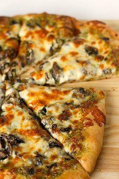 Portobello Pesto Pizza Brown Eyed Baker Ever heard of Church Brew Woks in Pittsburgh? Recipe is a variation of one of their pizzas. Pizza Recipes, Vegetarian Recipes, Dinner Recipes, Cooking Recipes, Pesto Pizza Recipe Vegetarian, Homemade Pesto Pizza Recipe, Paleo Food, Pizza Facil, Comida Pizza