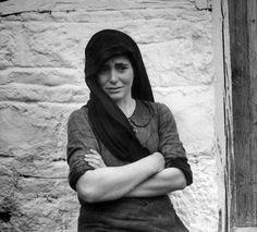 Ο φακός του Dmitri Κessel, ανταποκριτή του περιοδικού «Life» αποθανάτισε τη Μαρία Παντίσκα να στέκεται όρθια µπροστά σε µια σκάφη και να πλένει τα µαύρα ρούχα της