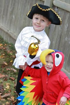 diy baby kostüm Nap Time Notes: DIY Pirate and Parrot Costumes Toddler Pirate Costumes, Diy Pirate Costume For Kids, Sibling Halloween Costumes, Diy Baby Costumes, Sibling Costume, Female Pirate Costume, Halloween Kostüm, Family Halloween, Costume Ideas