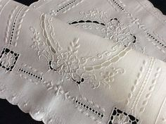 LOVELY WHITE VINTAGE TRAY CLOTH/TABLE CENTRE ~ WHITEWORK/CUTWORK