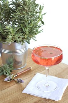 The Elegant Elderflower Cocktail | theglitterguide.com