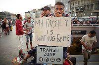 Budapest le 4 et 5 septembre 2015, en prenant le bus pour l'Autriche nous amenant dans un camp de réfugiés à Nickelsdorf à la frontière Austro Hongroise, avec des immigrés Afghans Zabihullah Sharifi 28 ans avec sa femme Bushre 24 ans et leur fille d'une année Behsa, dans des conditions extrêmement difficile au lever du jour sous la pluie les autorités autrichiennes les ont pris en charges avec 2000 migrant venant des pays du moyen orient, tous partis de la gare de Keleti de Budapest, ici en… Bus, Afghans, Budapest, Gallery, 28 Years Old, Middle East, In The Rain, Austria, Train Station