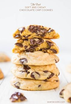 The Best Soft and Chewy Chocolate Chip Cookies. Seriously, THE BEST. They said they are the best chocolate chip cookies they've ever had. My fiance doesn't even like cookies, really, but he looooves these. Köstliche Desserts, Delicious Desserts, Dessert Recipes, Yummy Food, Delicious Chocolate, Baking Recipes, Cookie Recipes, Little Muffins, Yummy Cookies
