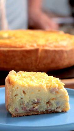 Receita com instruções em vídeo: Quiche de bacon e ovos super fácil de fazer e perfeita para um lanche da tarde. Ingredientes: 50g de açúcar, 1 gema, 5 colheres de sopa de água, 250g de farinha de trigo, Sal, 125g de manteiga gelada, 250g de bacon em cubos, 6 ovos, 400g de creme de leite fresco, 150g de queijo emental ralado, Noz moscada