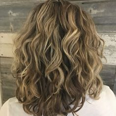 30 Best Curly Hairstyles for Medium Hair – Lockige Frisuren Curls For Medium Length Hair, Medium Hair Cuts, Medium Hair Styles, Layers For Curly Hair, Haircuts For Wavy Hair, Haircut For Thick Hair, Bob Haircuts, Shoulder Length Curly Hairstyles, Wavy Shoulder Length Hair