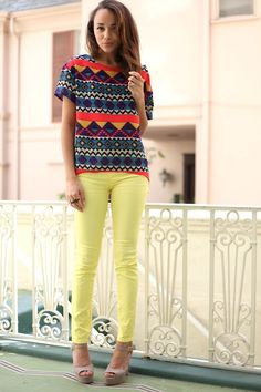 Totally lovin' this bold geometric print top paired w/ these cute pale yellow skinny jeans! Who would have thought they would be this chic and perfect for summer? Yellow Skinny Jeans, Summer Outfits, Cute Outfits, Look Fashion, Womens Fashion, Fall Fashion, Foto Casual, All Jeans, My Escape