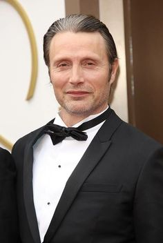 Mads Mikkelsen at 2014 Oscars. that streak of grey…lord have mercy