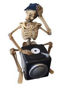 Décoration articulée et sonore DJ squelette 25 cm : Cette décoration représente…