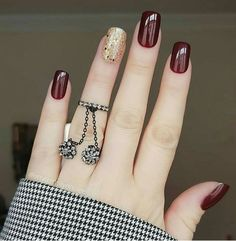 10 Looks For Prom Nails That You Should Be Trying Prom is approaching and there are ten looks for prom nails that you should be trying. Your hair, makeup, and nails are essential to your entire prom look. Elegant Nails, Stylish Nails, Square Nail Designs, Nail Art Designs, Nails Design, Short Square Nails, Short Nails, Burgundy Nails, Burgundy Wine