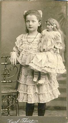 Fille pose avec sa poupée