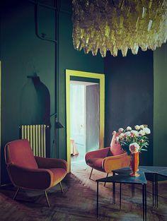 © Andrea Ferrari Dans l'entrée, fauteuils Marco Zanuso et lustre en verre…