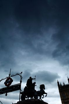Rolling clouds over Westminster, London 15°C | 59°F #burberryweather