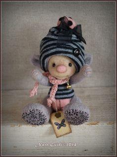 :)   Plus d'images là : http://www.alittlemarket.com/autres-art/fr_personnage_miniature_feerique_en_laine_cardee_couleur_gris_perle_-11111339.html