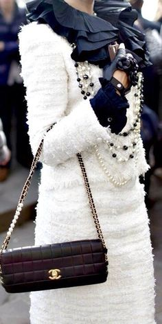 Chanel Street Style overload (if there is such a thing). xx Dressed to Death xx This Screams Chanel and all that I Adore about it! Style Work, Mode Style, Coco Chanel, Chanel Black, Estilo Fashion, Ideias Fashion, Glamour, How To Have Style, Mode Shoes